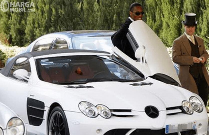 Gambar ini menunjukkan Didier Drogba keluar dari mobil warna putih