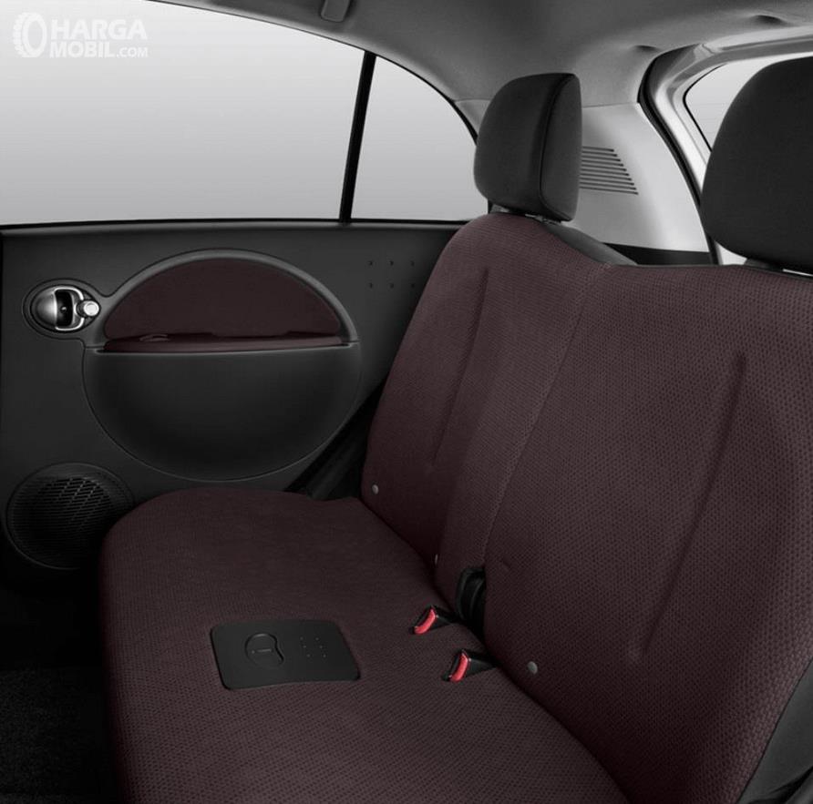 Gambar ini menunjukkan jok mobil Mitsubishi i-MiEV 2010