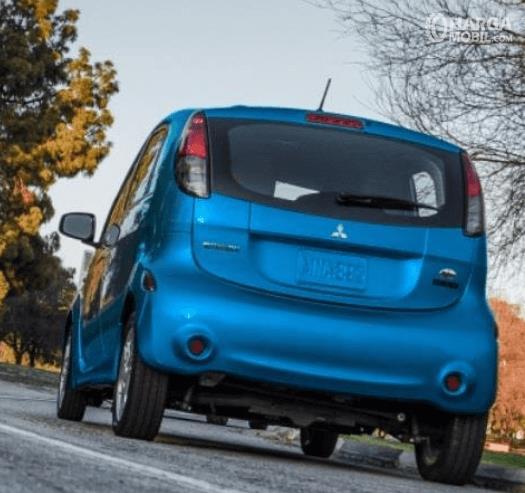 Gambar ini menunjukkan bagian belakang mobil Mitsubishi i-MiEV 2010