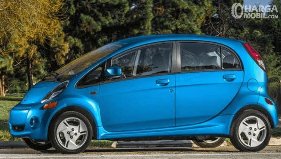 Gambar ini menunjukkan bagian samping Mitsubishi i-MiEV 2010