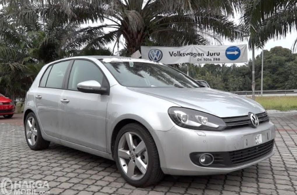 gambar ini menunjukkan bagian depan mobil Volkswagen Golf TSI 2012
