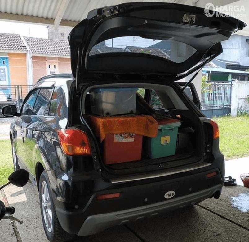 Gambar ini menunjukkan bagasi Mitsubishi Outlander Sport GLS CVT 2012