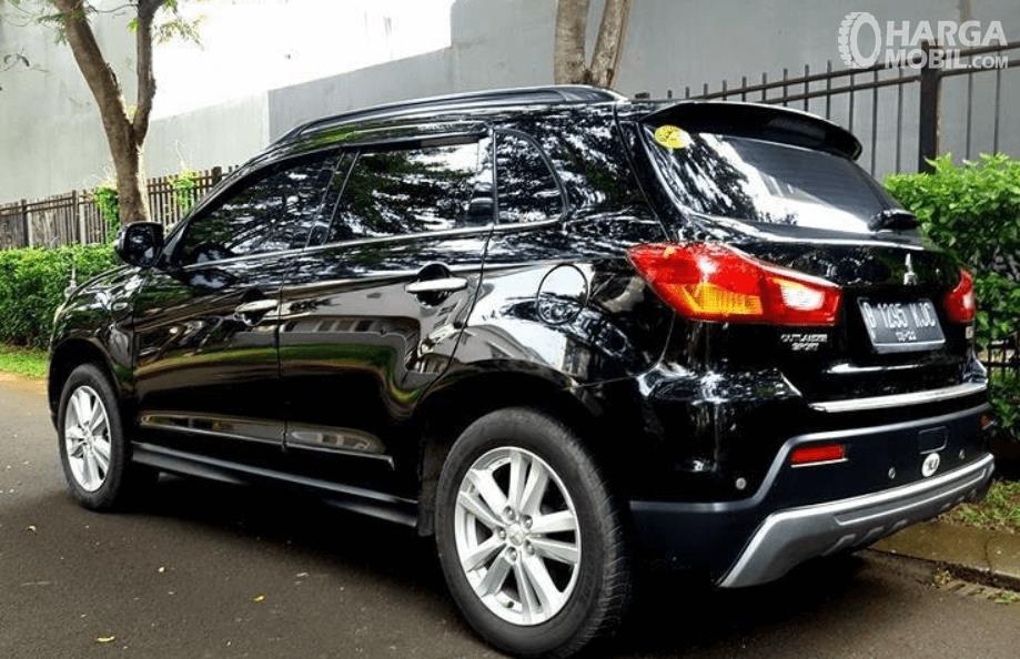 Gambar ini menunjukkan bagian belakang dan samping Mitsubishi Outlander Sport GLS CVT 2012