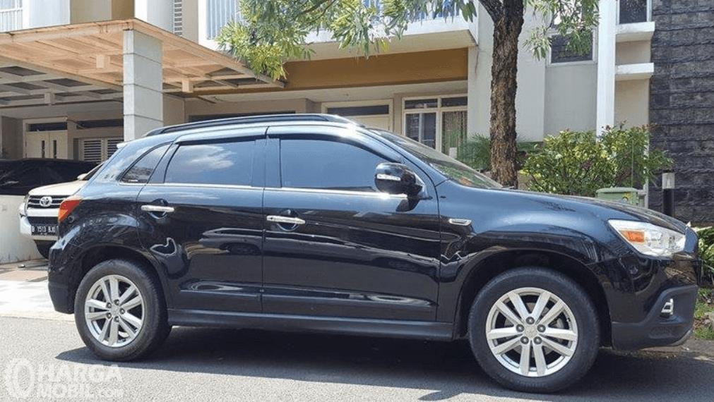 Gambar ini menunjukkan bagian samping mobil Mitsubishi Outlander Sport GLS CVT 2012