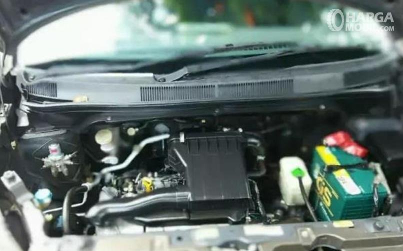 Gambar ini menunjukkan mesin mobil Suzuki Splash 2010