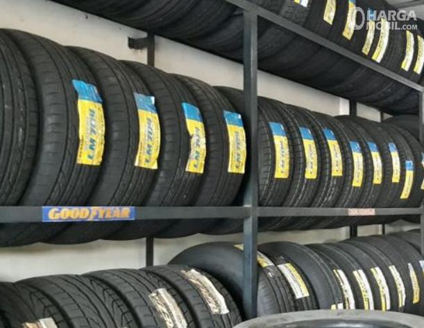 Gambar ini menunjukkan banyak ban mobil dalam kondisi baru ditata berjejer
