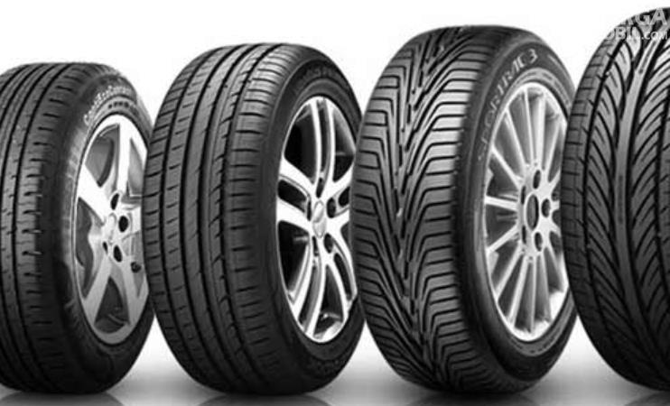 Gambar ini menunjukkan 4 ban mobil dengan berbeda pola tapak ban
