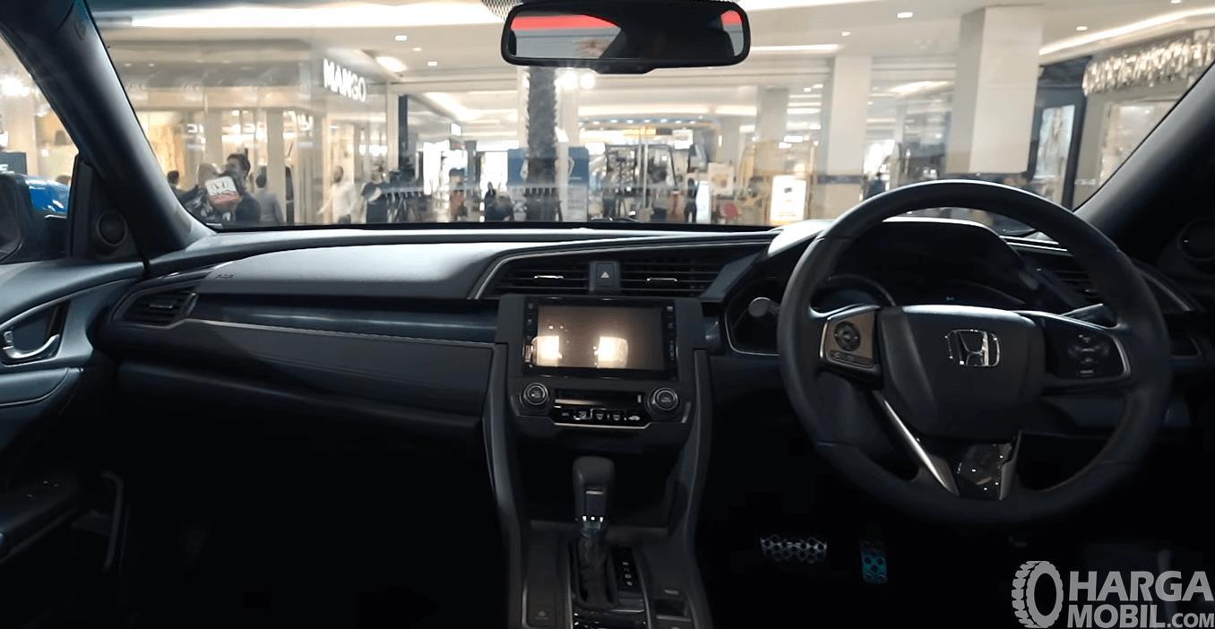 Gambar ini menunjukkan dashboard mobil Honda Civic Hatchback RS 2020