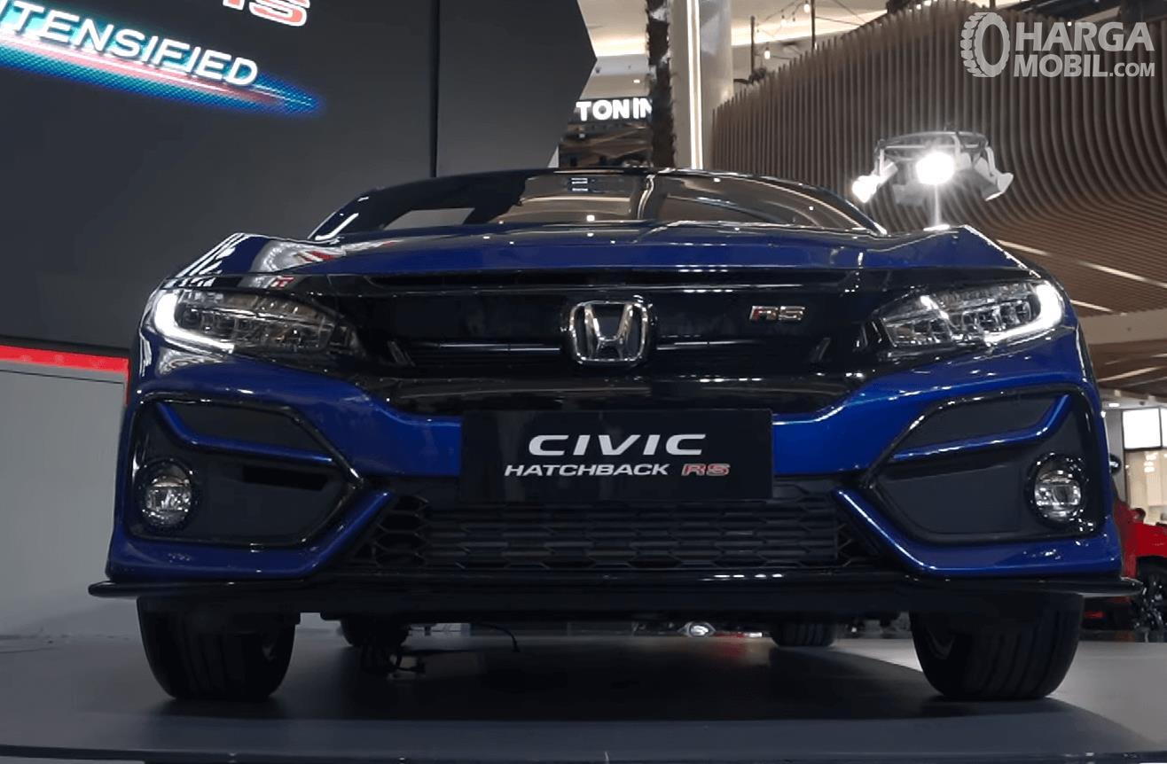 Gambar ini menunjukkan bagian depan mobil Honda Civic Hatchback RS 2020