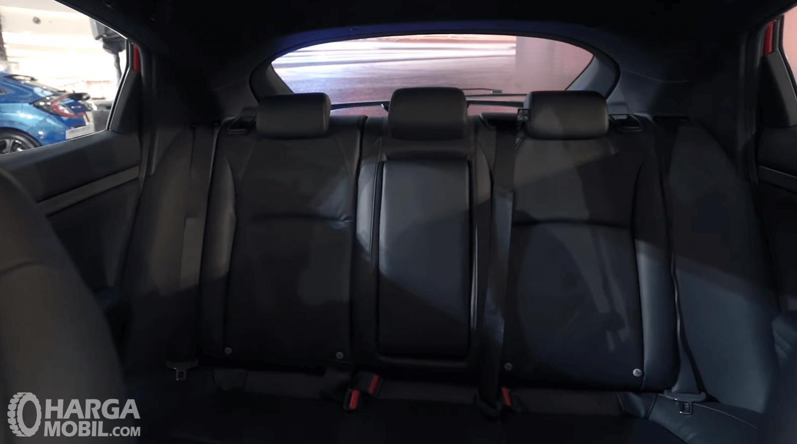 Gambar ini menunjukkan jok belakang Honda Civic Hatchback RS 2020