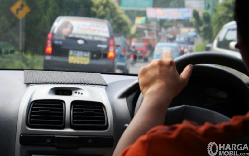 Gambar ini menunjukkan pengemudi mobil di depan ada kendaraan lain