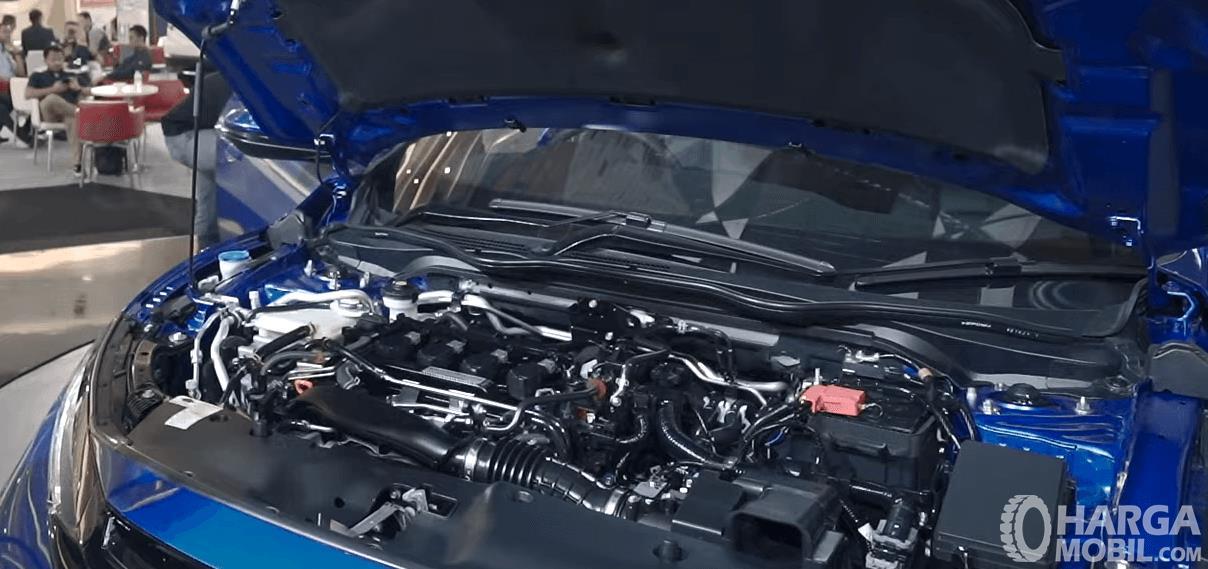 Gambar ini menunjukkan mesin mobil Honda Civic Hatchback RS 2020