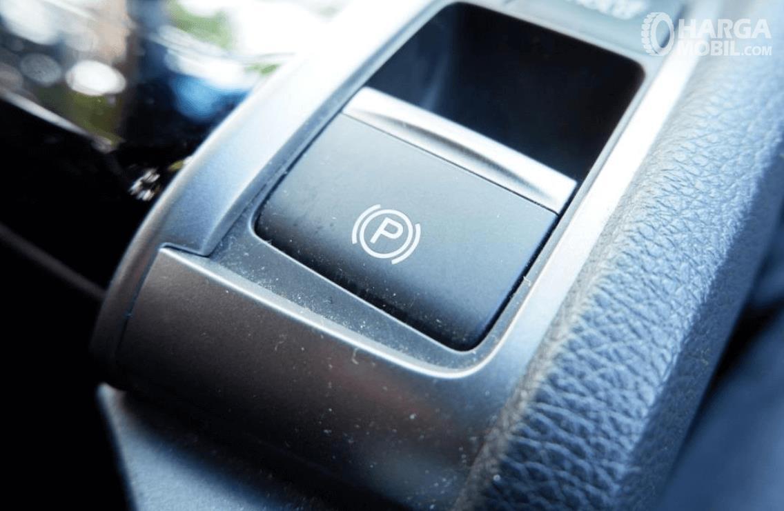 Gambar ini menunjukkan fitur electronic parking brake pada Honda Civic Hatchback RS 2020