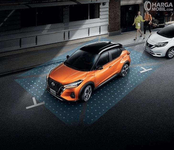 Gambar ini menunjukkan mobil Nissan Kicks e-Power 2020 di jalan