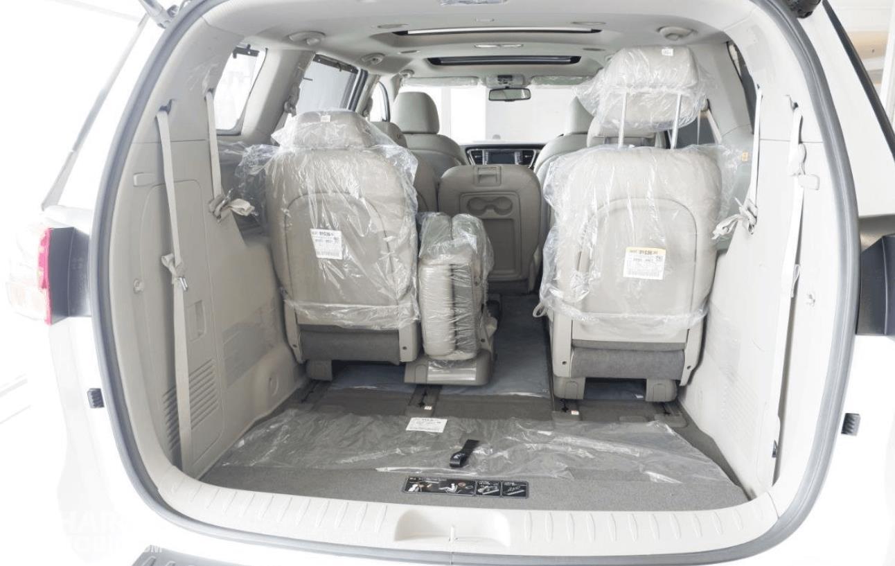 Gambar ini menunjukkan bagasi mobil KIA Grand Sedona Diesel 2019