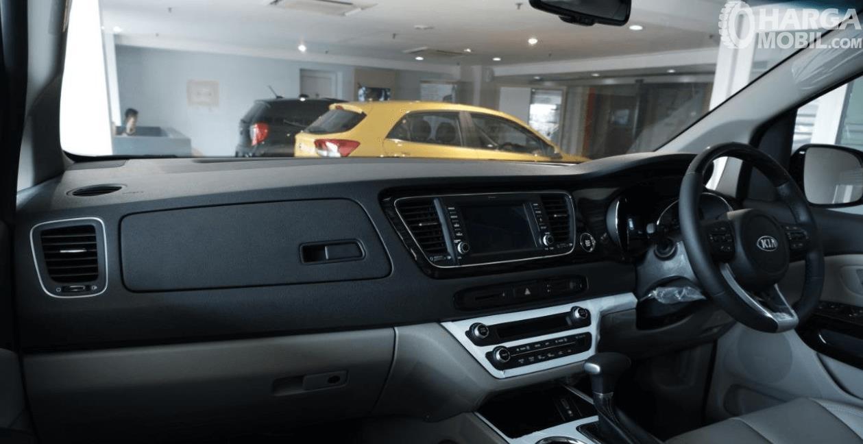 Gambar ini menunjukkan bagian dashboard dan kemudi mobil KIA Grand Sedona Diesel 2019