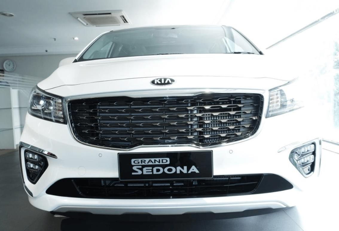 Gambar ini menunjukkan bagian depan mobil KIA Grand Sedona Diesel 2019