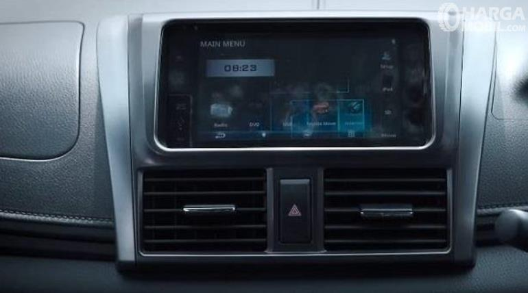 gambar ini menunjukkan head unit pada mobil