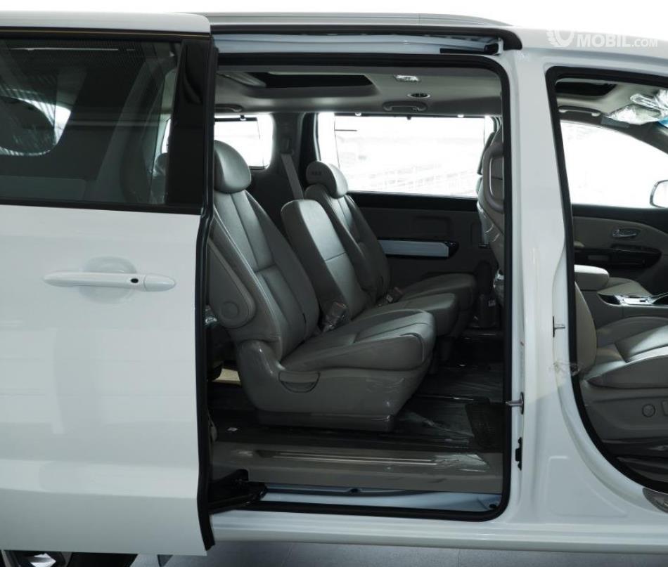 Gambar ini menunjukkan pintu geser mobil KIA Grand Sedona Diesel 2019