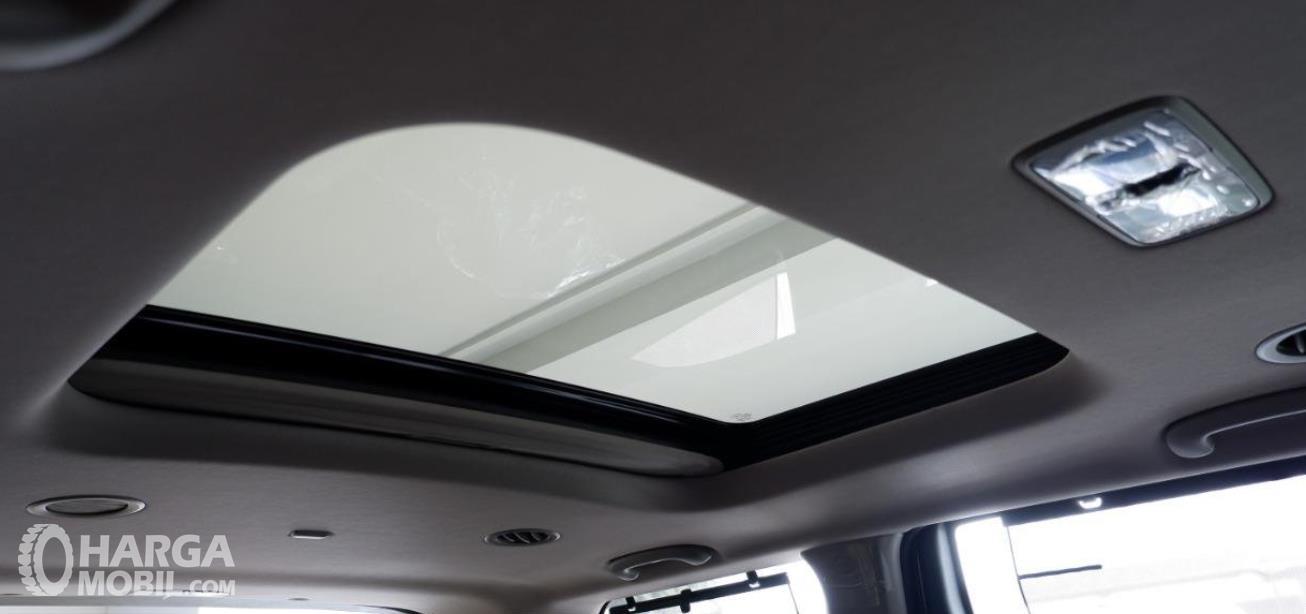 Gambar ini menunjukkan sunroof pada mobil KIA Grand Sedona Diesel 2019