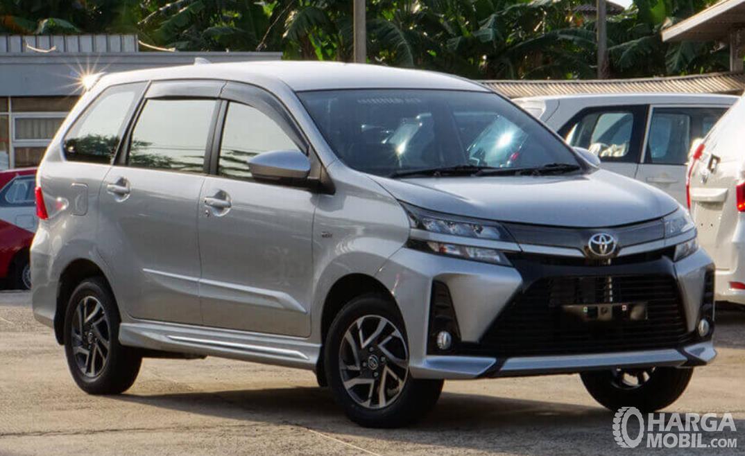 Gambar ini menunjukkan mobil Toyota yang menggunakan transmisi matic