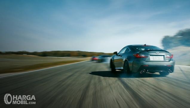 Gambar ini menunjukkan mobil melaju tampak belakang