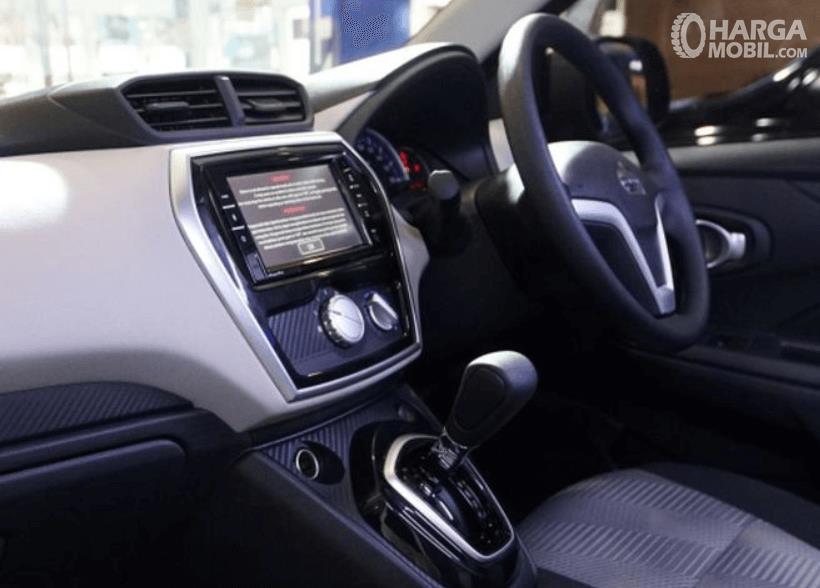 Gambar ini menunjukkan dashboard dan kemudi mobil Datsun GO+ Panca CVT 2019