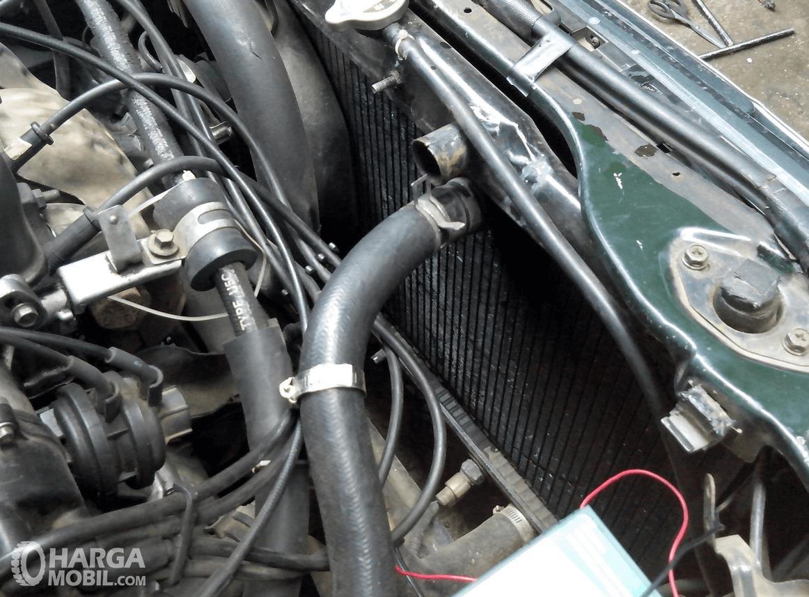 Gambar ini menunjukkan komponen radiator pada mesin mobil
