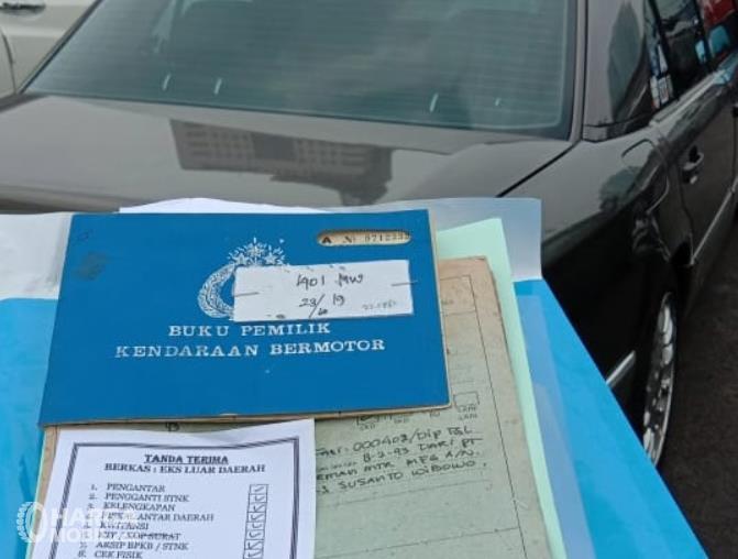 Gambar ini menunjukkan beberapa dokumen mobil