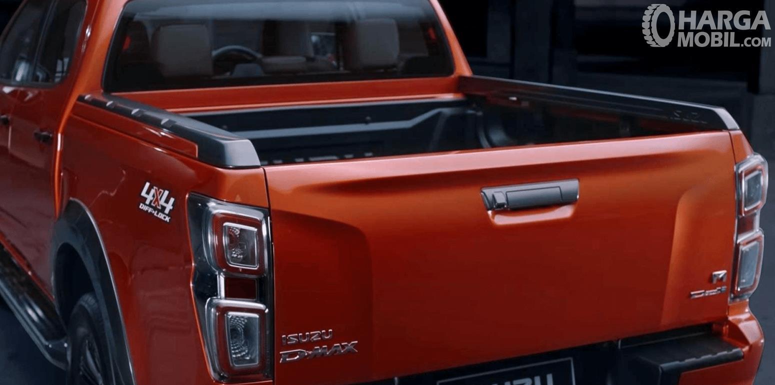gambar ini menunjukkan bagian belakang mobil Isuzu D-Max V-Cross 2020