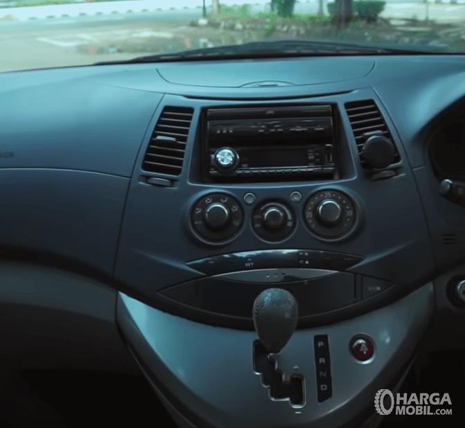 Gambar ini menunjukkan head unit Mitsubishi Grandis 2.4 AT 2006