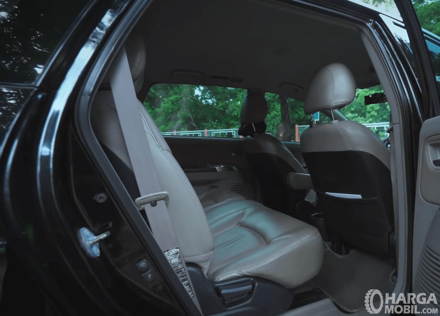 Gambar ini menunjukkan jok baris kedua pada mobil Mitsubishi Grandis 2.4 AT 2006