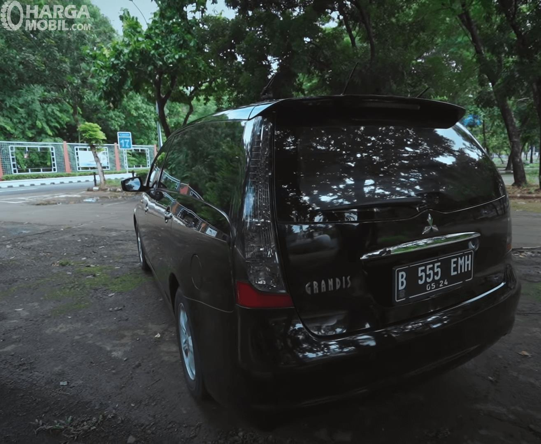 Gambar ini menunjukkan bagian belakang mobil Mitsubishi Grandis 2.4 AT 2006