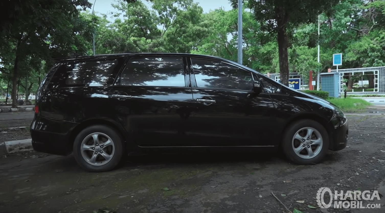 Gambar ini menunjukkan bagian samping mobil Mitsubishi Grandis 2.4 AT 2006