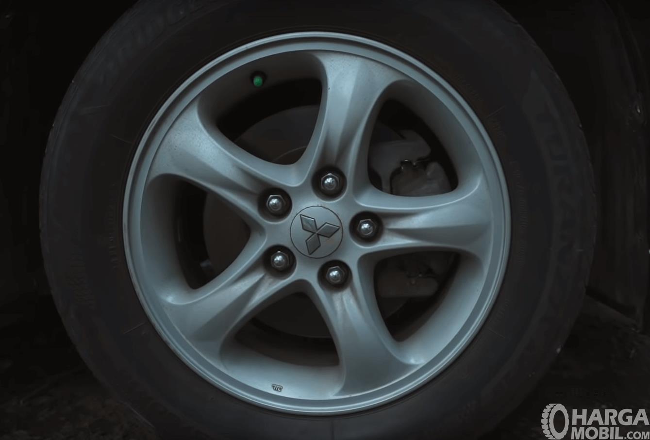 Gambar ini menunjukkan pelek dan ban mobil Mitsubishi Grandis 2.4 AT 2006