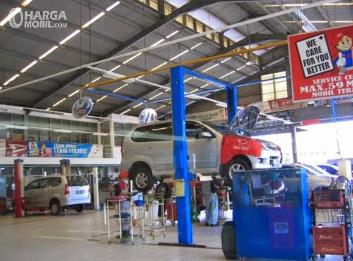 Gambar ini menunjukkan bengkel mobil Daihatsu