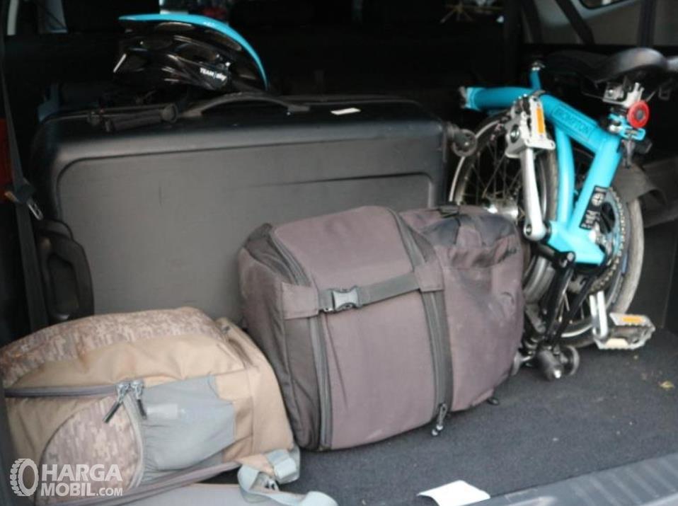Gambar ini menunjukkan 2 tas dan sepeda di bagasi mobil