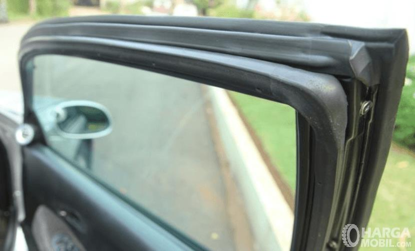 Gambar ini menunjukkan karet pada pintu mobil
