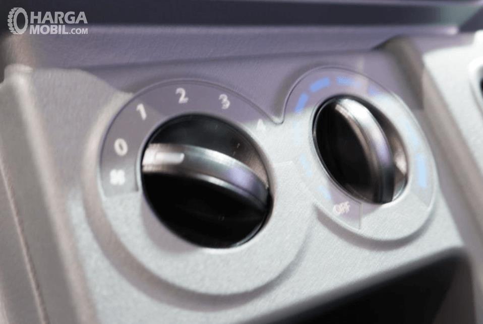 Gambar ini menunjukkanknob  pengaturan AC mobil Suzuki New Carry Luxury 2020