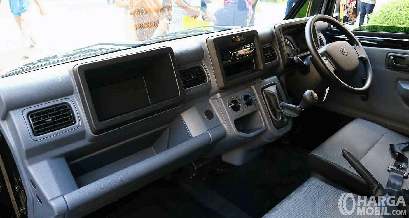Gambar ini menunjukkan dashboard mobil Suzuki New Carry Luxury 2020