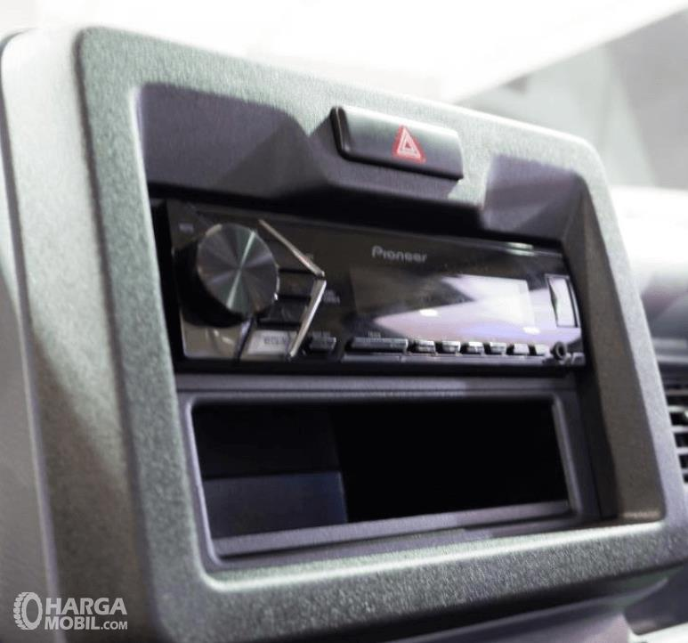 Gambar ini menunjukkan head unit mobil Suzuki New Carry Luxury 2020