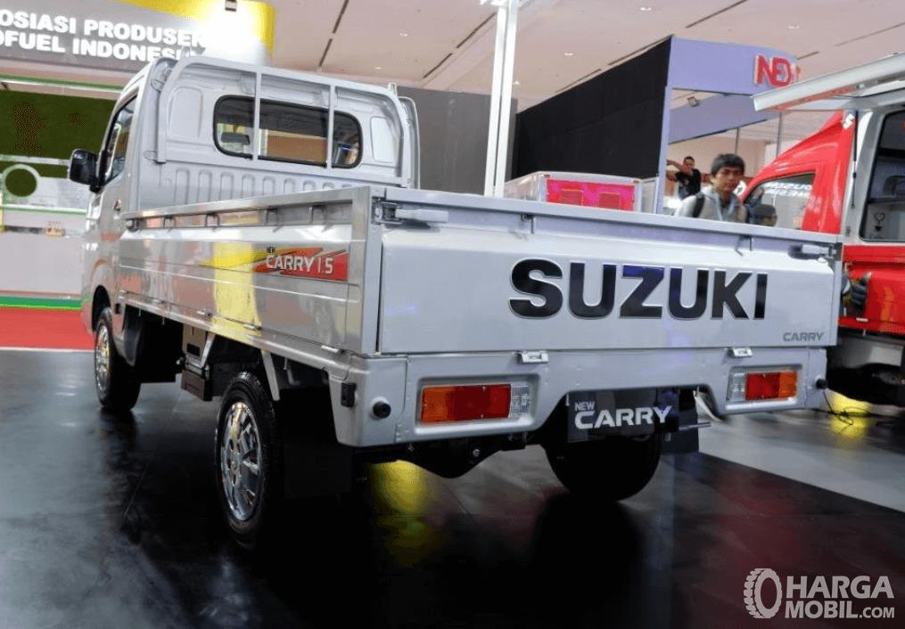 Gambar ini menunjukkan bagian belakang mobil Suzuki New Carry Luxury 2020