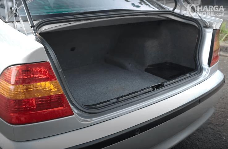 Gambar ini menunjukkan bagasi mobil BMW 325i 2003