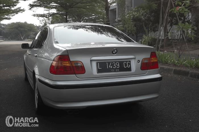 Gambar ini menunjukkan bagian belakang mobil BMW 325i 2003