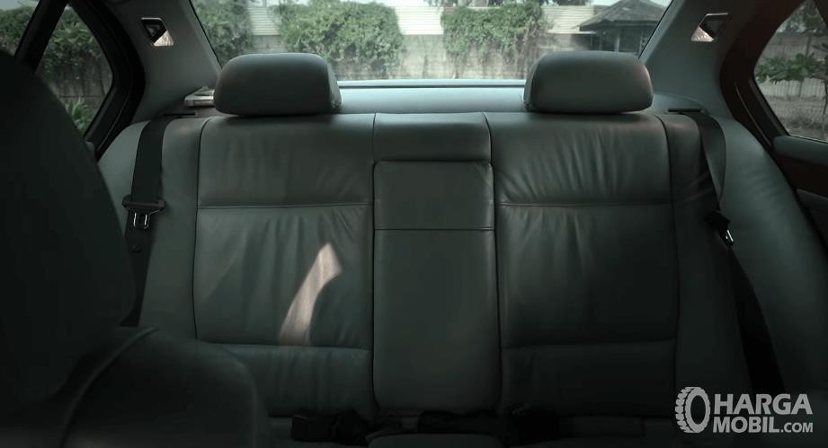 Gambar ini menunjukkan jok belakang BMW 325i 2003