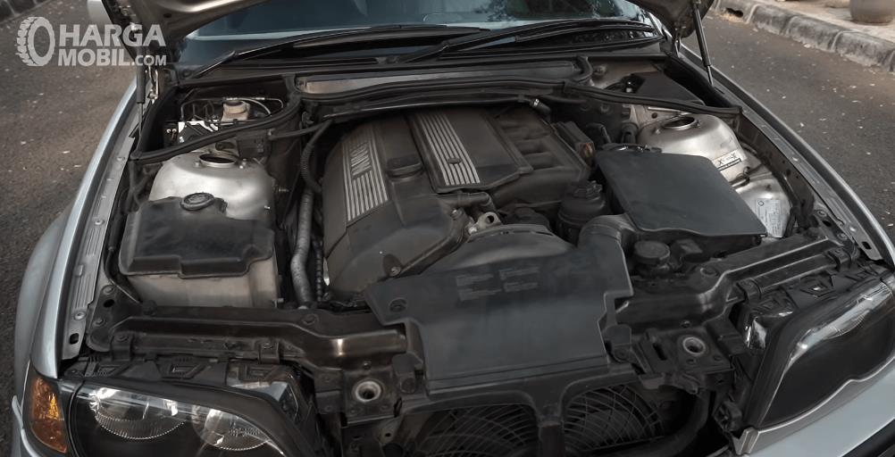 Gambar ini menunjukkan mesin mobil BMW 325i 2003