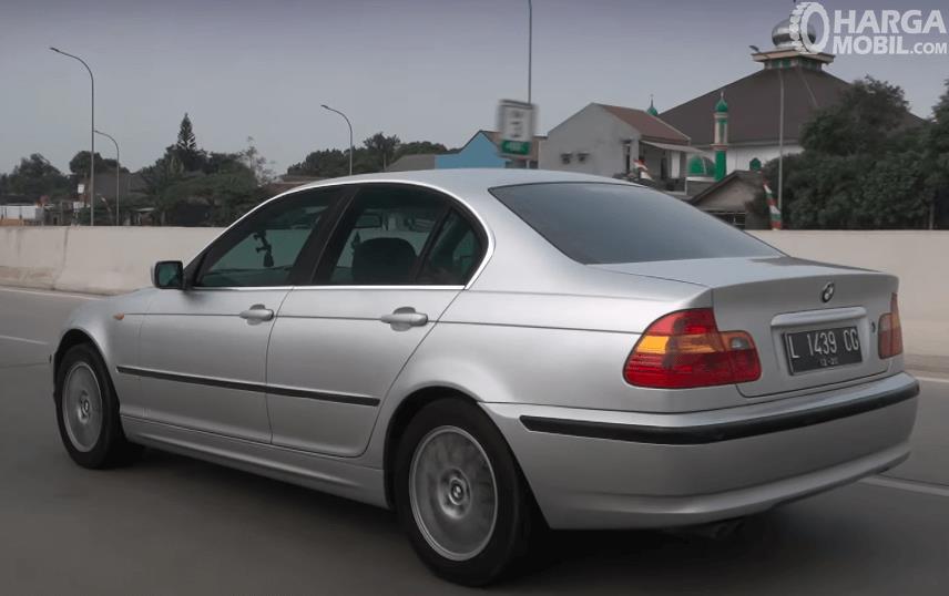 Gambar ini menunjukkan bagian samping BMW 325i 2003