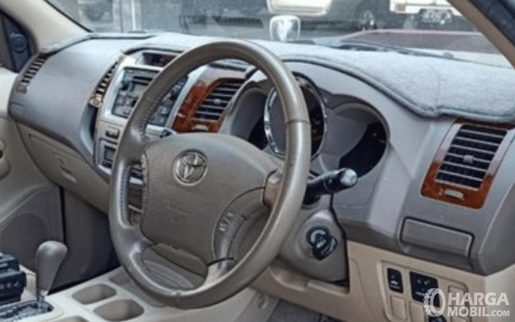 Gambar ini menunjukkan dashboard dan kemudi mobil Toyota Fortuner 2.7L 2005