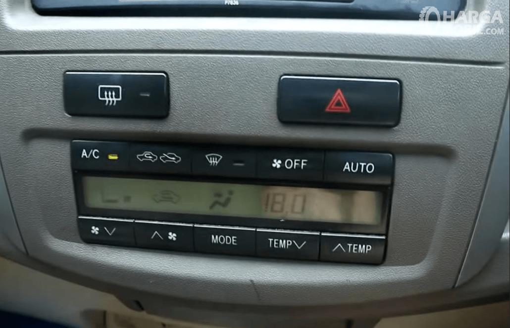 Gambar ini menunjukkan head unit Toyota Fortuner 2.7L 2005