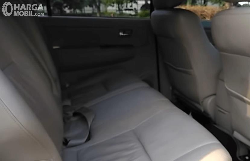 Gambar ini mwnunjukkan Jok mobil Toyota Fortuner 2.7L 2005
